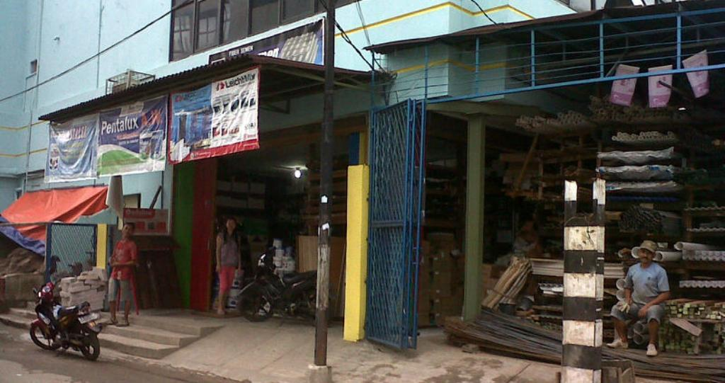 Toko Bangunan di Daerah Roxy